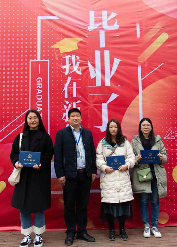 五学子同创业回校领毕业证