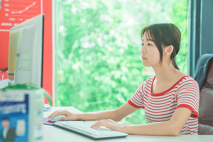 【新生故事】方贤红:十九岁来新华 只为把握未来机遇