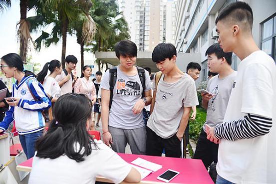 重庆新华迎新氛围浓学生会打响招新大战