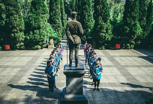 重庆新华电脑学校学子扫墓