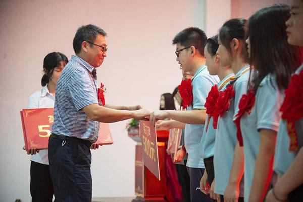 魏院长为CEAC颁奖