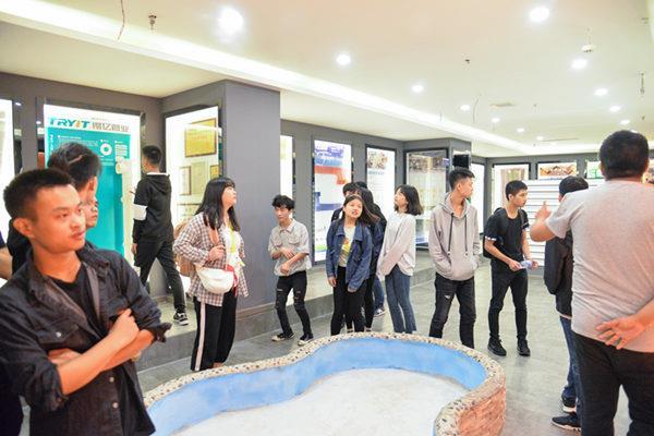 重庆新华电脑学校同学们来到居联峰尚装饰公司