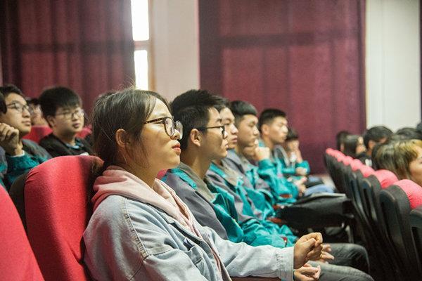 重庆新华学子的职业创新精神