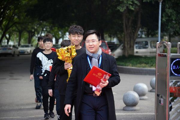 重庆新华LGC战队获得XCG新华互联网全国总决赛冠军 荣耀归来