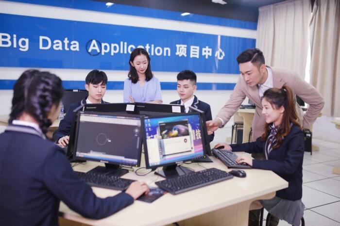 新华电脑学校学生上实训课 学实用技能