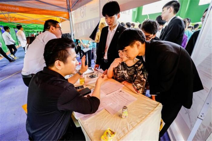 新华举行大型校园招聘会 帮助学子就业