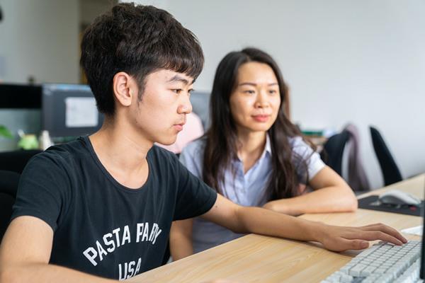 重庆新华就业回访:了解学生就业 对学生负责