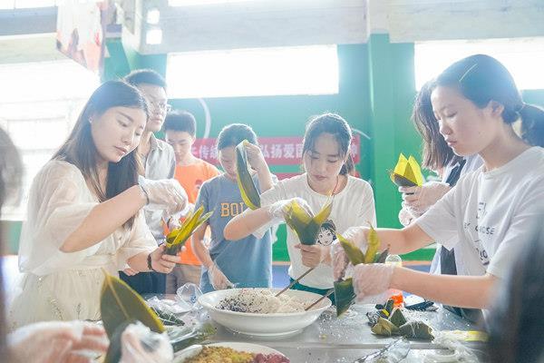 重庆新华师生在一起包粽子