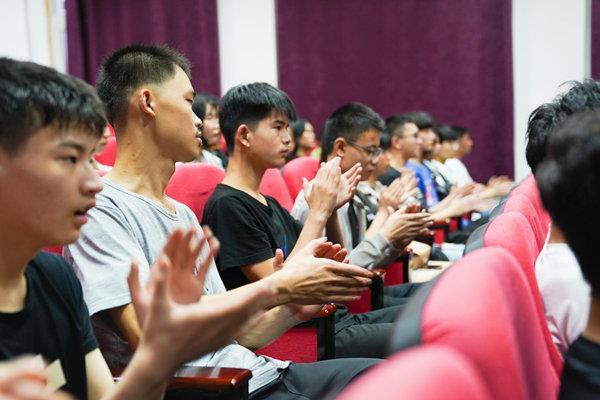 重庆新华电脑学校举办了青训营第一期欢迎会