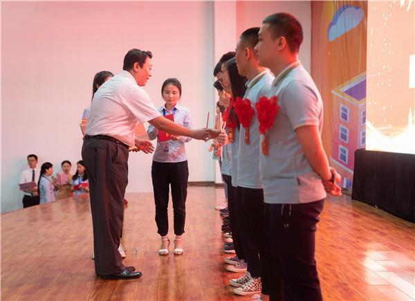 姜波主任、我校校长助理,为获奖同学颁奖