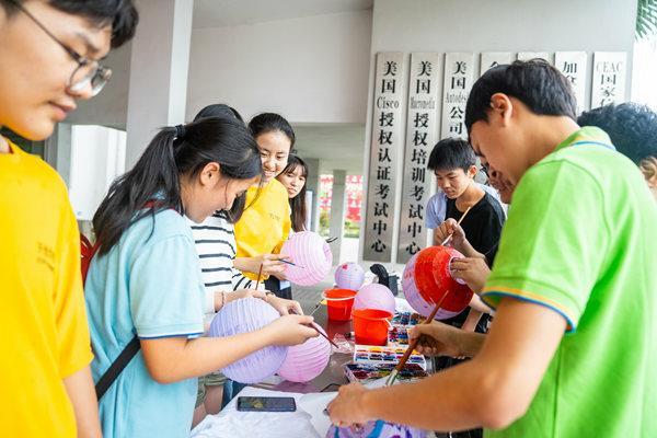 重庆新华电脑学校举办了灯笼手绘创意设计大赛