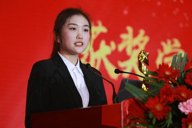 学生代表 新华电脑专修学院UI1801陈玉弟
