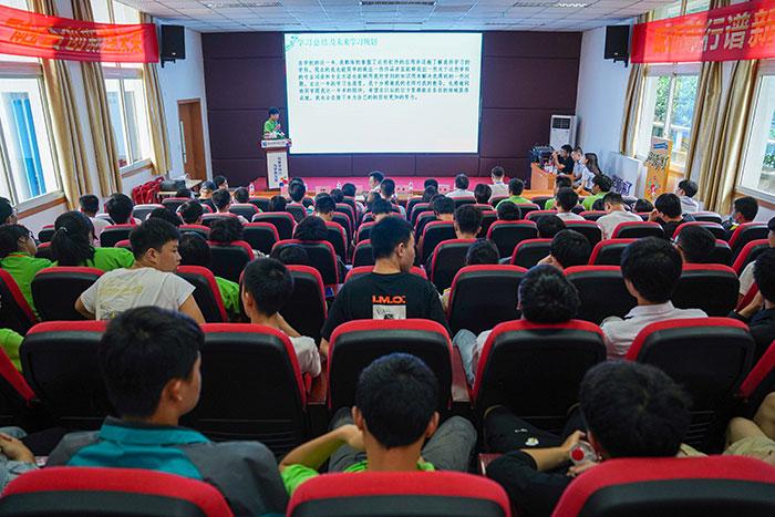 """重庆新华""""感恩、成长、收获""""期末答辩"""