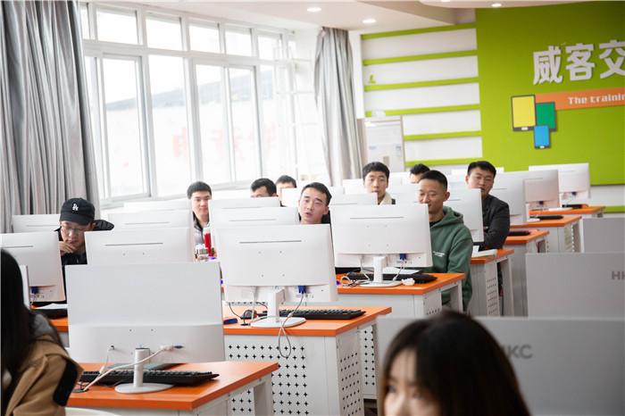 重庆新华电脑学校举办企业招聘会之退伍军人专场