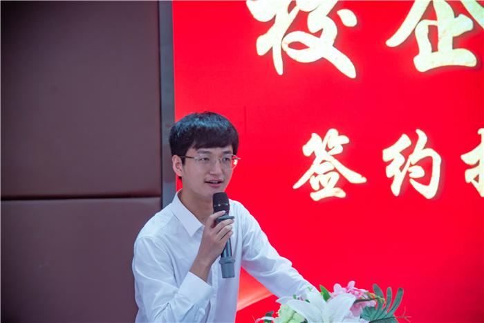 重庆新华电脑学校举行校企项目合作签约授牌暨赞助仪式