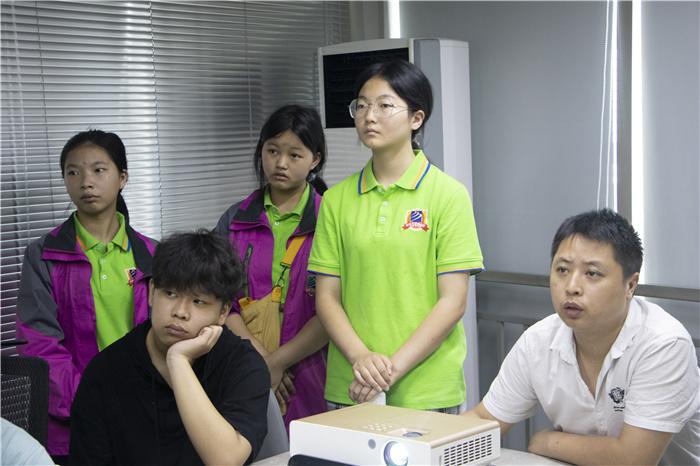 重庆新华2021级动漫新生企业研学游 开拓学生视野